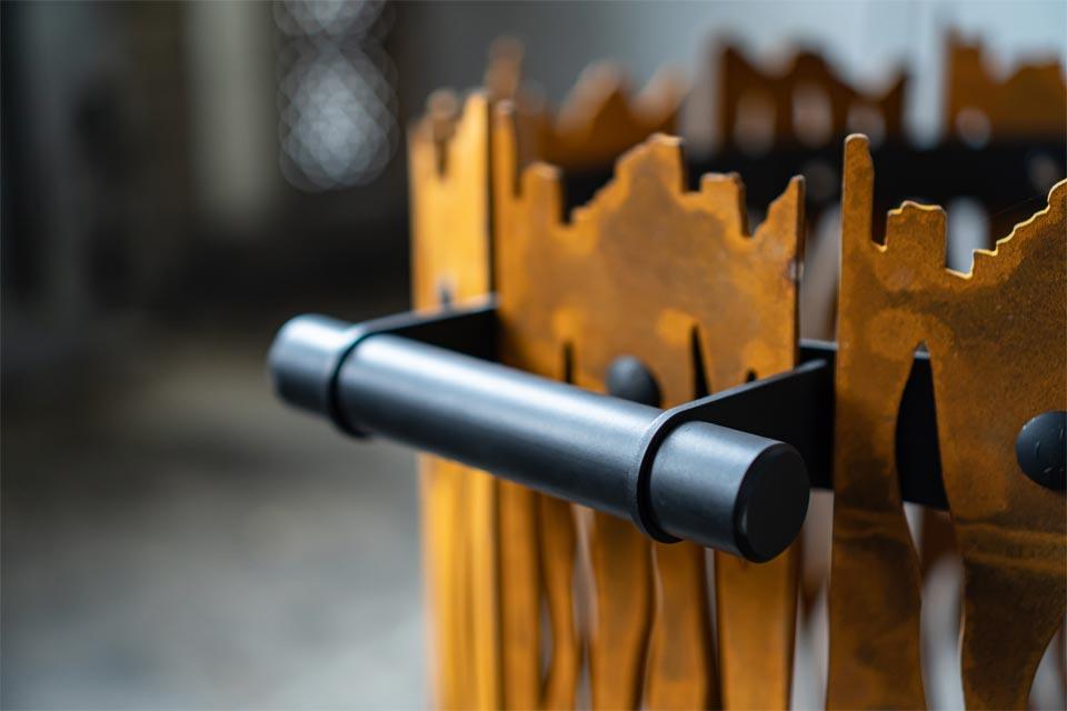 Design vuurkorf Cortenstaal - the roast - Fabriq-S - detailfoto product pagina zwarte handgreep