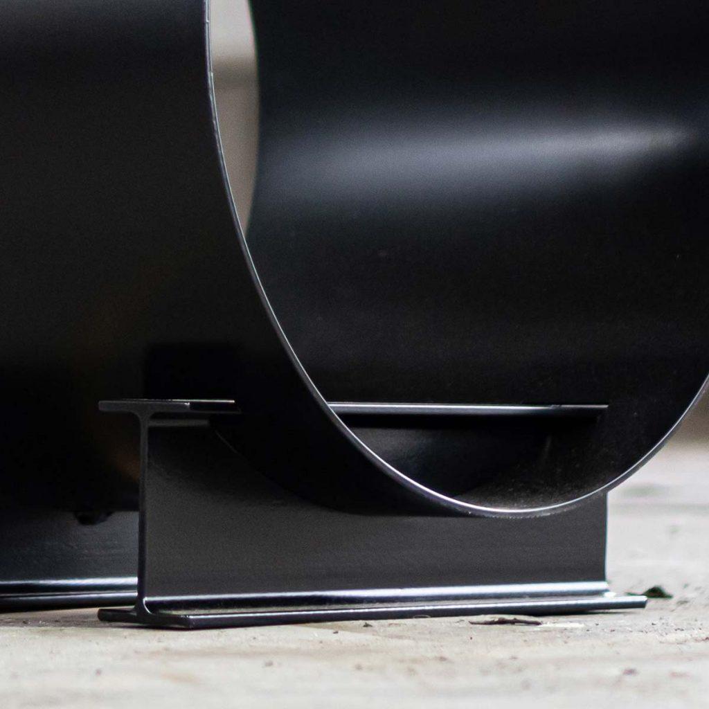 Houtopslag design zwart staal - mooie houtopslag THE BLOCKZ - FABRIQ-S - detailfoto voet MOBILE