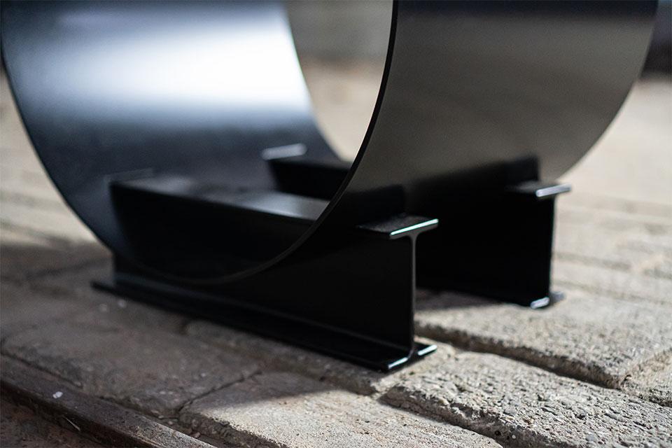 Houtopslag design zwart staal - mooie houtopslag THE BLOCKZ - FABRIQ-S - detailfoto voet