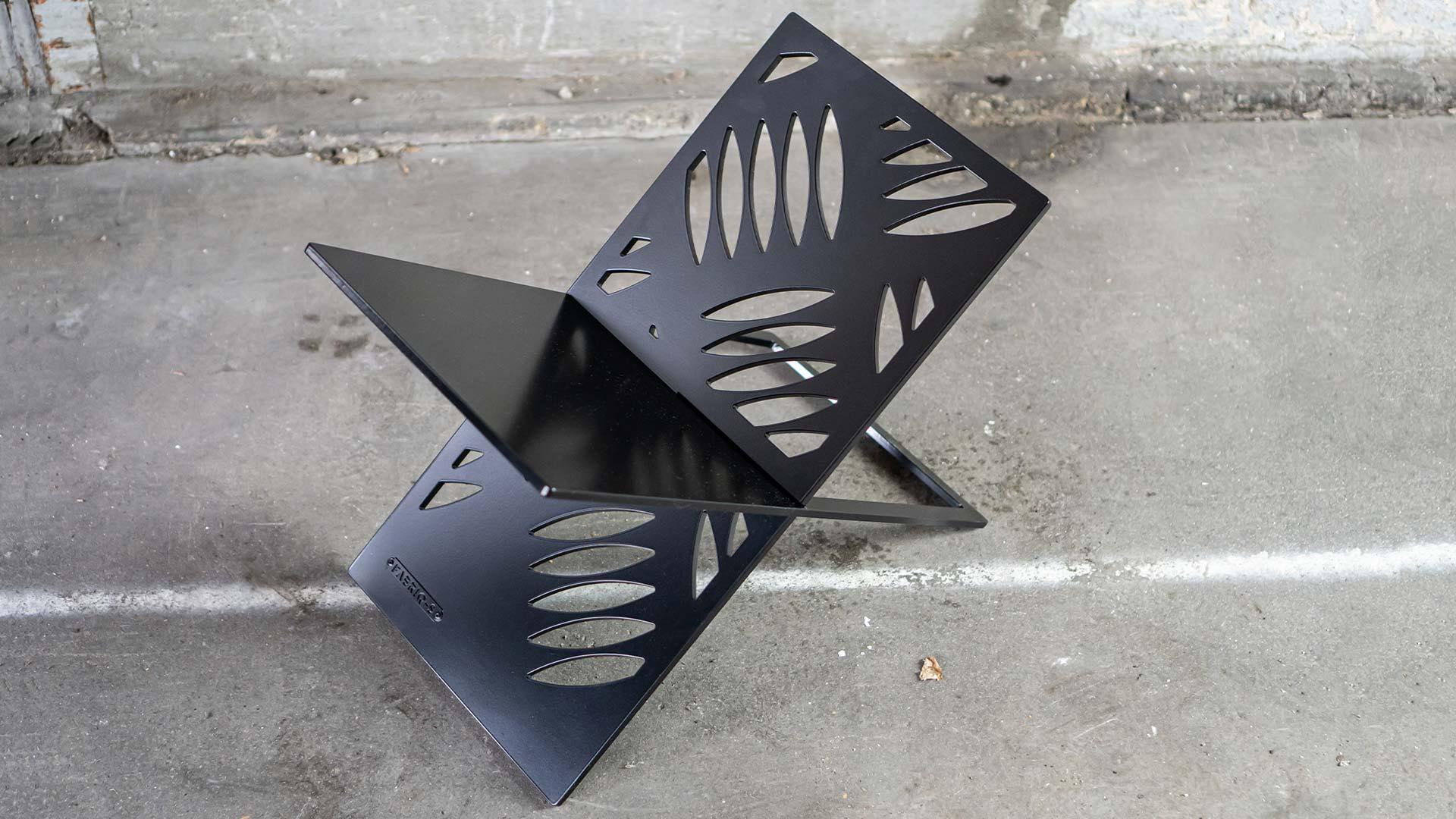 Krantenrek staal zwart design rek - YOUR X - FABRIQ-S - sfeerfoto full image