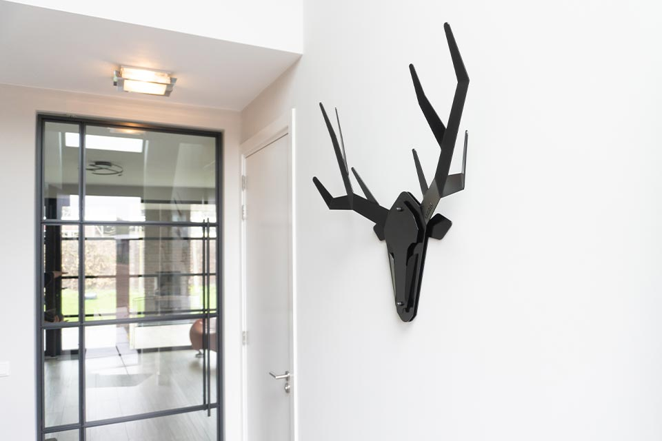 Stalen hertenkop gewei modern - Oh deer - klantenfoto - hertengewei aan binnenmuur
