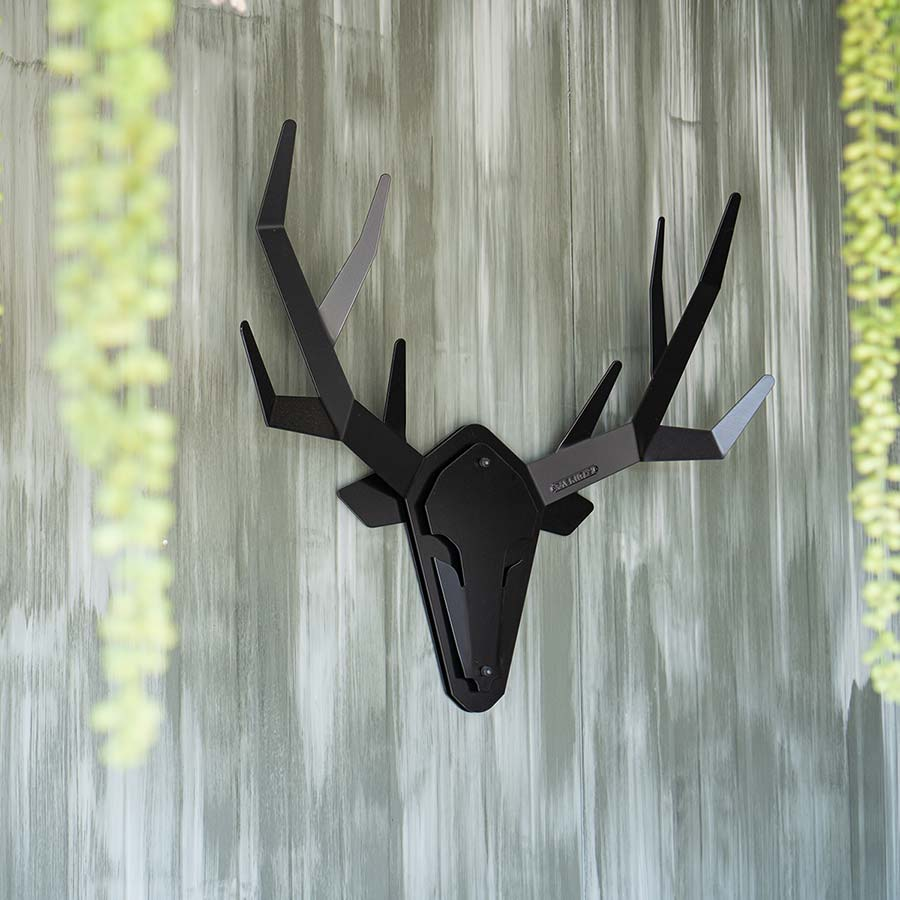Moderne stalen hertenkop aan muur - product Oh deer - klantenfoto
